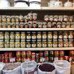 Vasto assortimento di conserve: verdure, tonni, frutta.