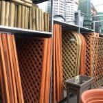 Griglie in legno fisse ed estensibili di diverse forme e dimensioni.